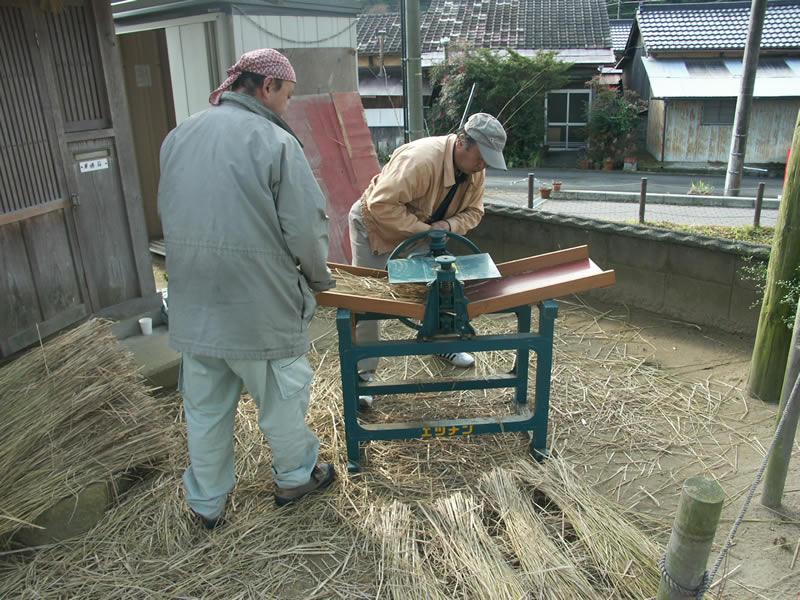 オリジナル家具 わらを柔らかくする作業