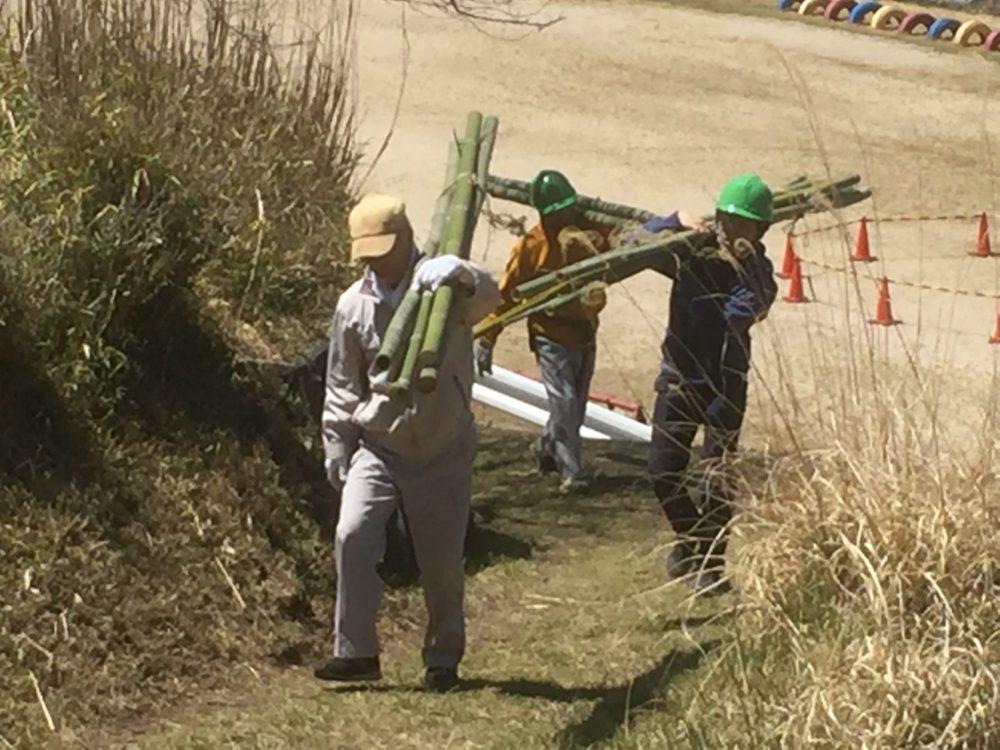 竹材の運搬作業